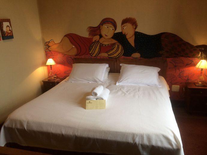 Todos os quartos têm afrescos nas paredes, pintados por artistas do RS e Uruguai