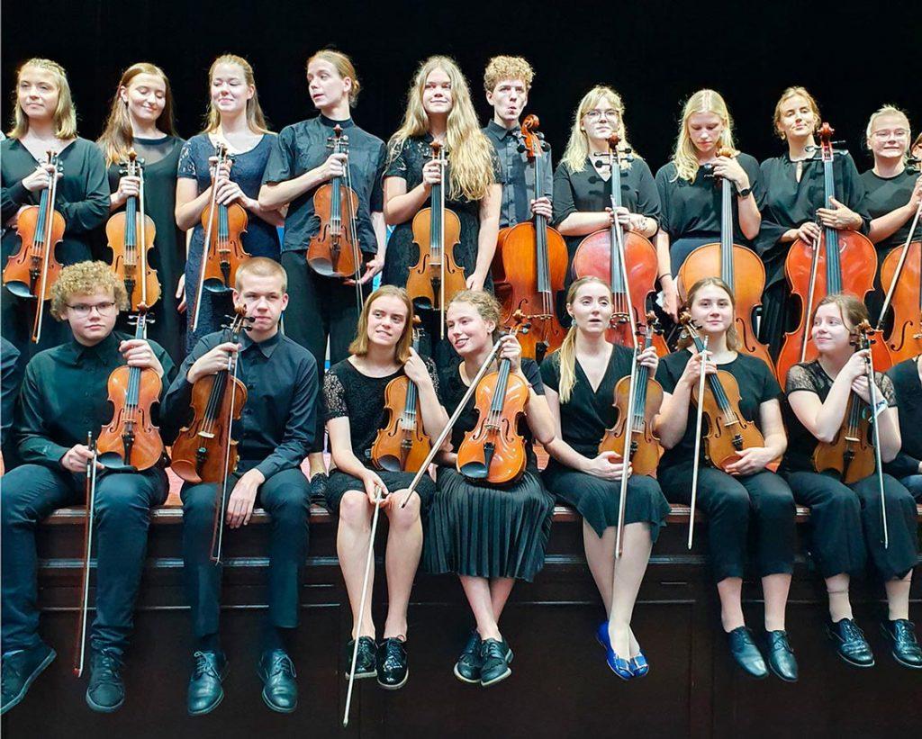 Tallinn Old Town Music School String Orchestra - Estônia (formado por adolescentes) e Duo Stankov - Bulgária