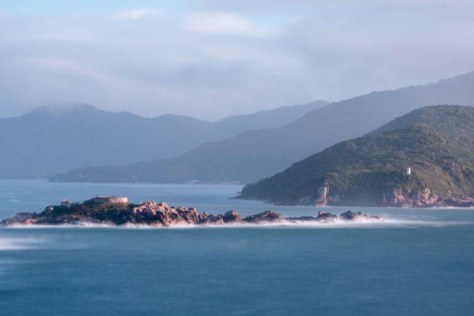 Vista do Costão Norte: Ilha de Araçatuba e Farol dos Naufragados em Florianópolis